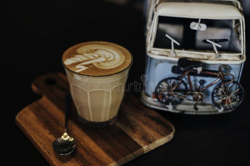 Café y coche imagen de archivo