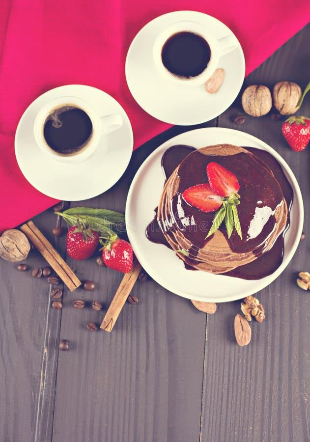 café y crepe con las fresas foto de archivo