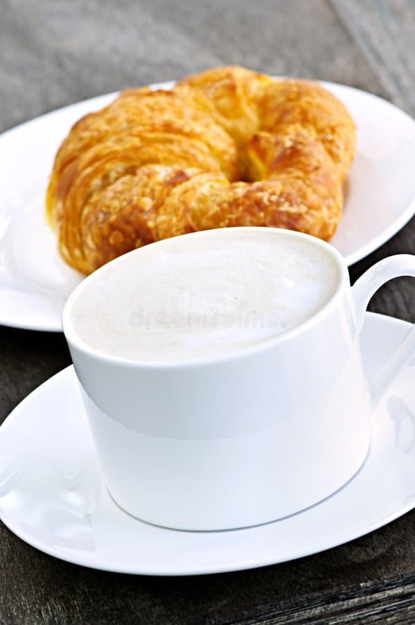 Café y croissant de Latte foto de archivo libre de regalías