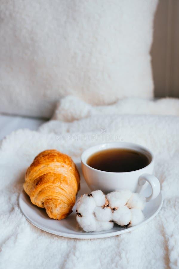 Café y cruasán en cama fotografía de archivo libre de regalías