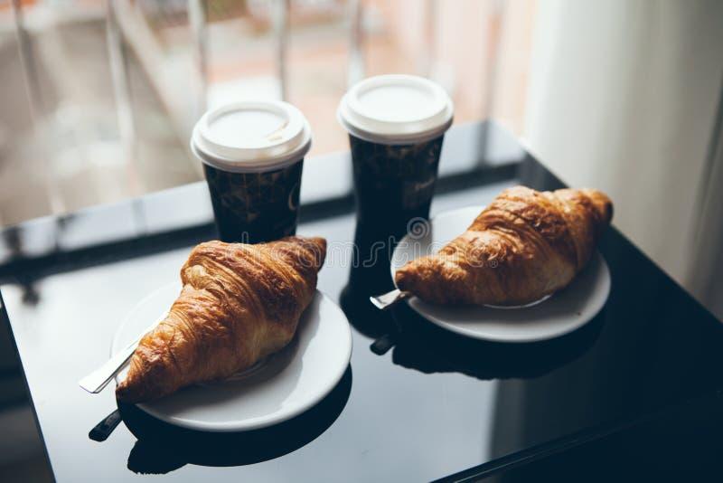 Café y cruasán para la cultura del café del desayuno imagen de archivo