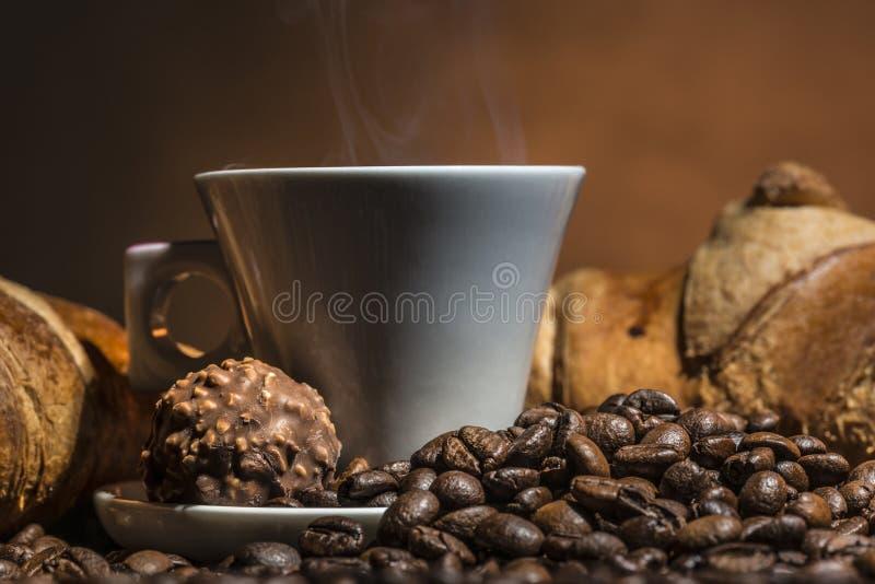 Café y cruasanes sabrosos imagen de archivo
