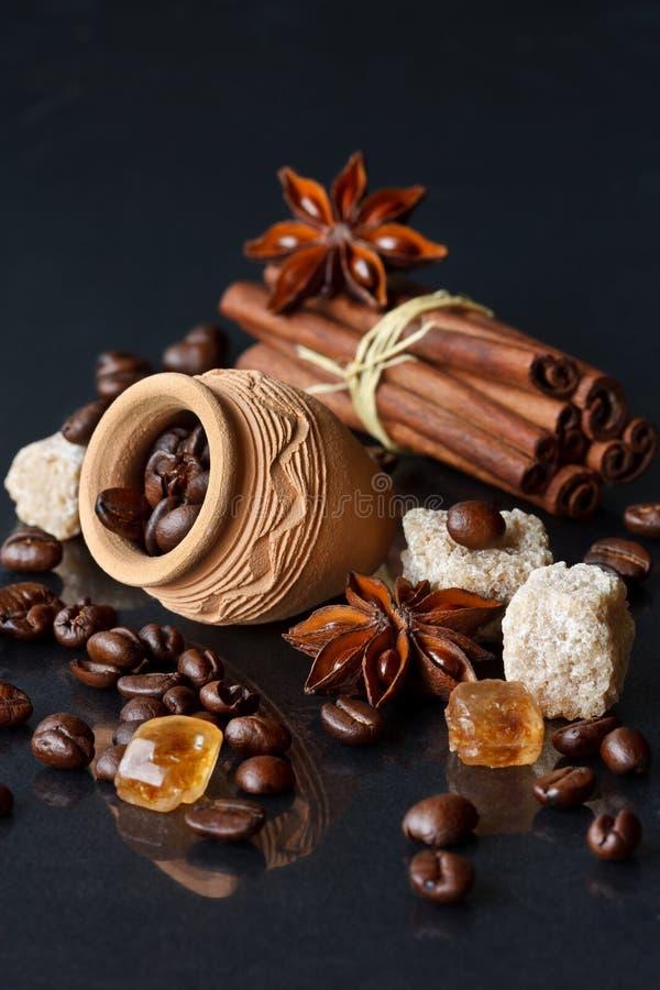 Café y especias. imagen de archivo
