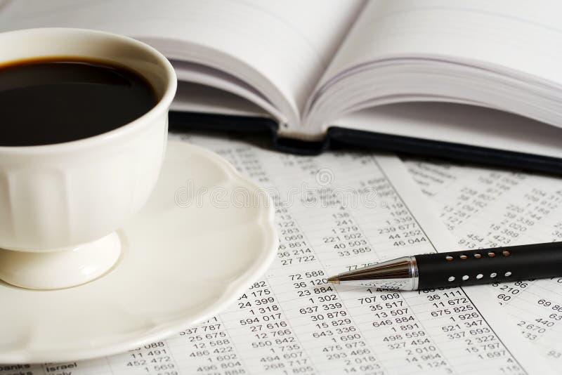 Café y estadísticas. foto de archivo