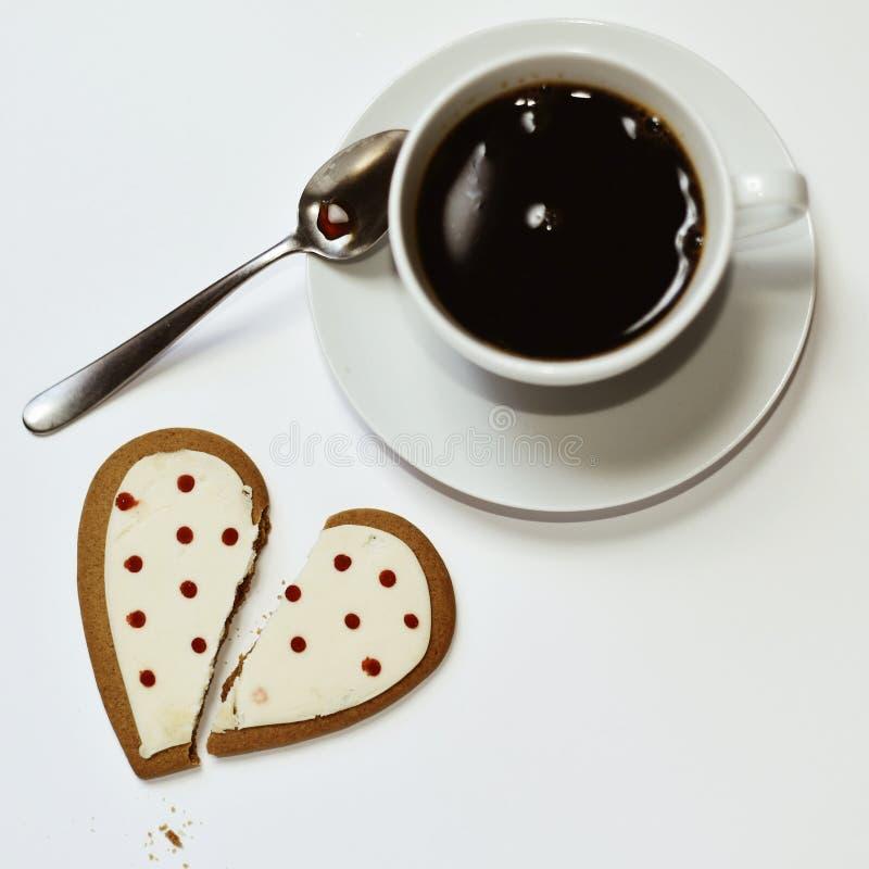 Café y galleta en forma de corazón fotos de archivo