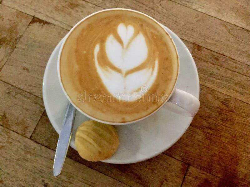 Café y galleta Visión superior cappuccino La India fotos de archivo