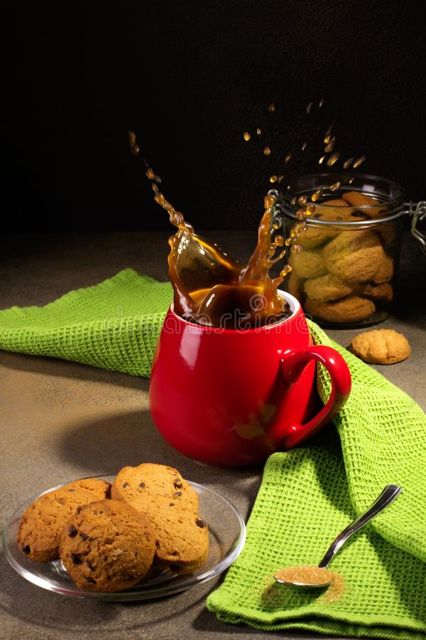 Café y galletas en fondo negro fotografía de archivo