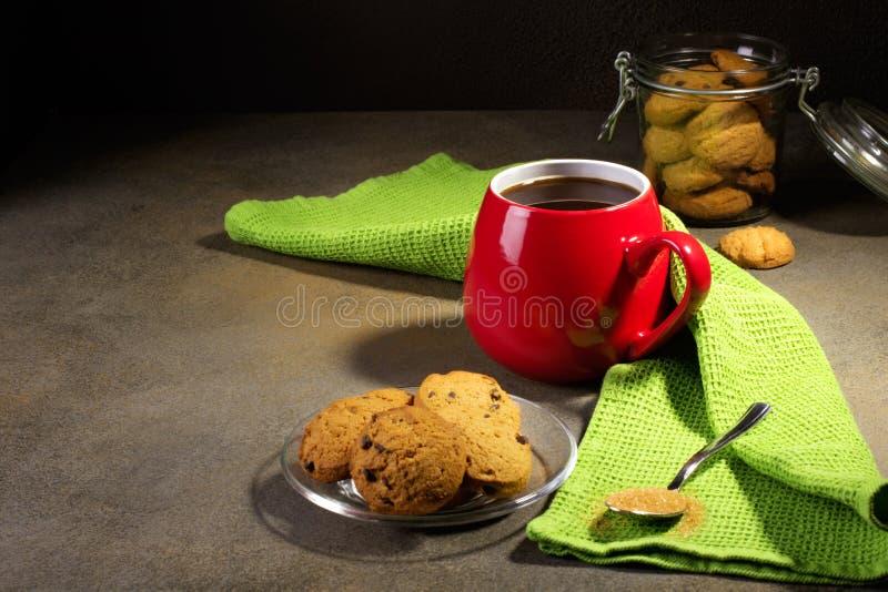 Café y galletas en fondo negro fotos de archivo