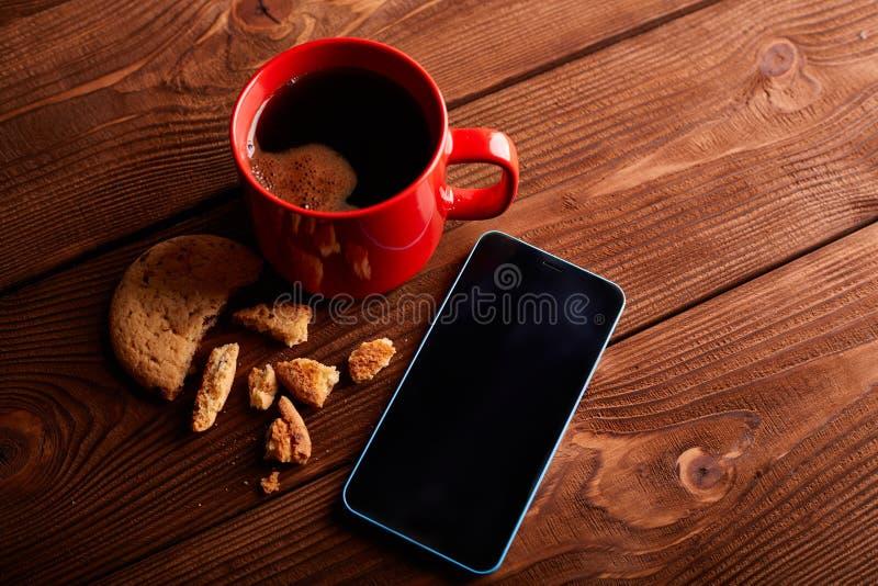 Café y galletas hechas en casa con el chocolate Galletas del chocolate y taza hechas a mano de café express en la tabla de madera foto de archivo libre de regalías