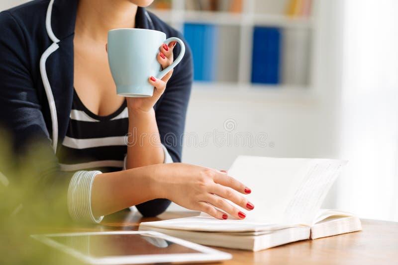 Café y libro imagenes de archivo