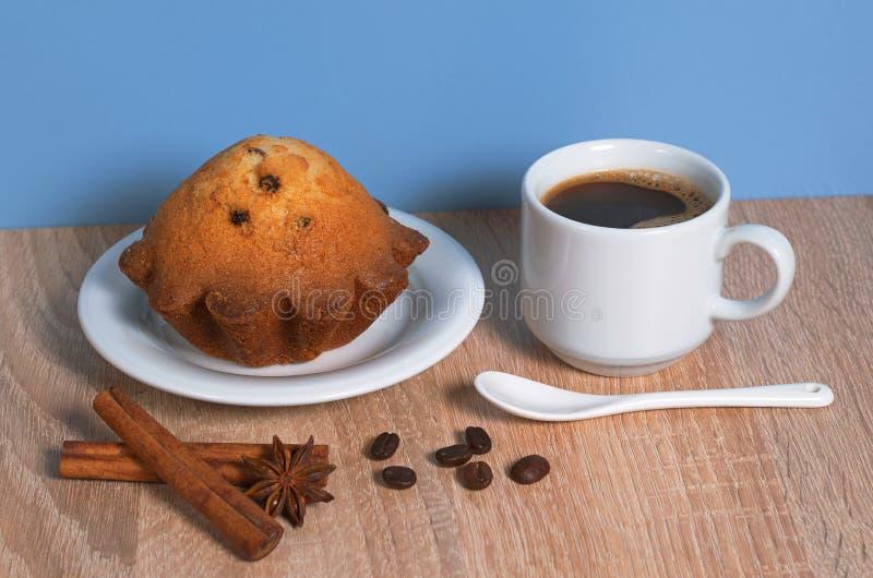 Café y magdalena imagenes de archivo