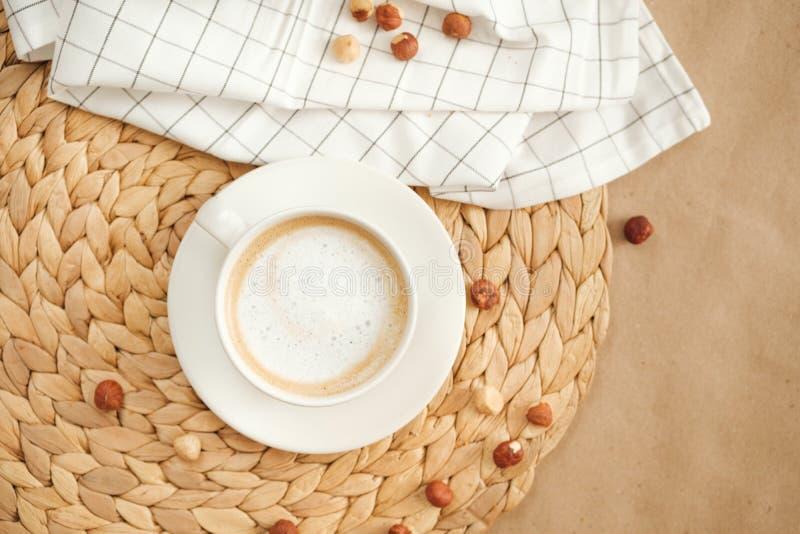 Café y nueces calientes de la mañana en el papel del arte fotografía de archivo libre de regalías