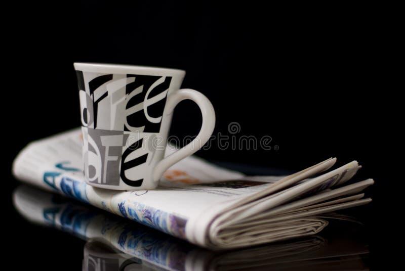 Café y periódico foto de archivo