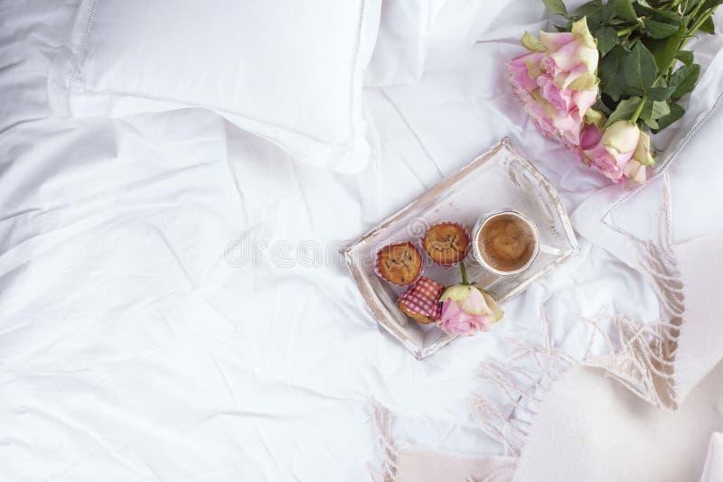 Café y ramo de rosas rosadas en cama, romance y intimidad Buenos días Desayuno en cama Copie el espacio fotografía de archivo