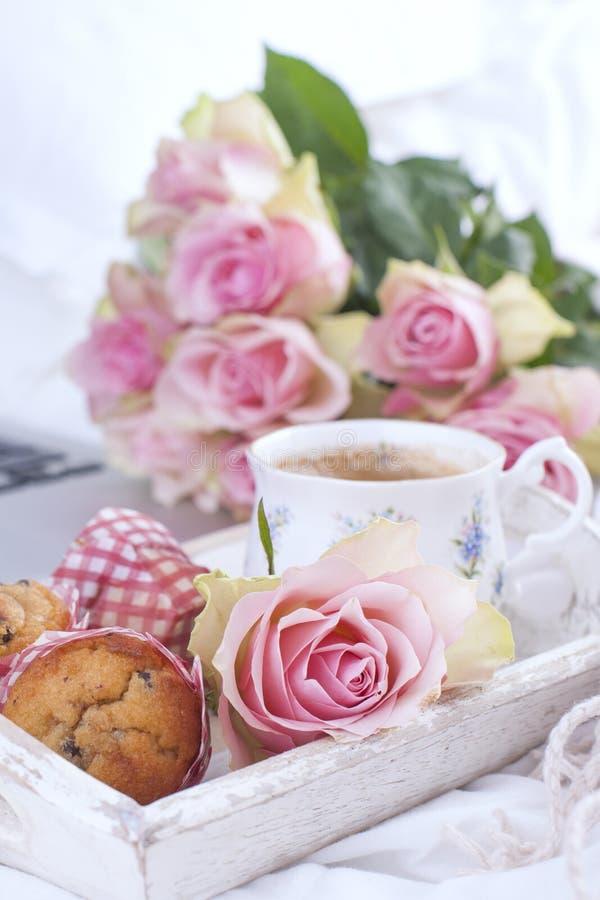 Café y ramo de rosas rosadas en cama, romance y intimidad Buenos días Desayuno en cama Copie el espacio imágenes de archivo libres de regalías