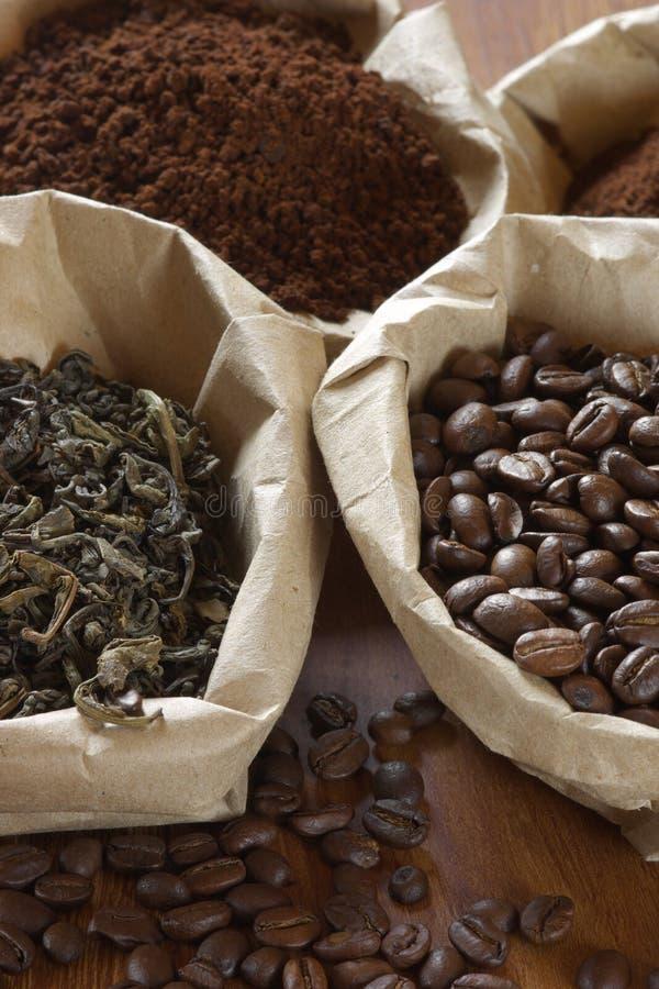 Café y té en bolsos fotos de archivo
