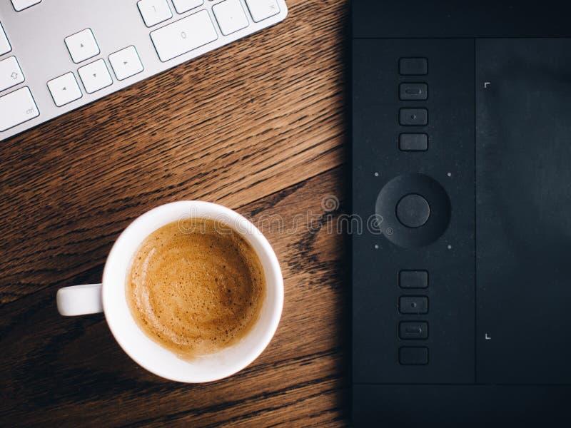 Café y tableta de gráficos fotografía de archivo libre de regalías