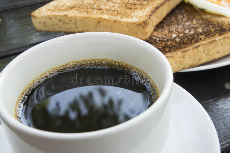 Café y tostada en la tabla foto de archivo