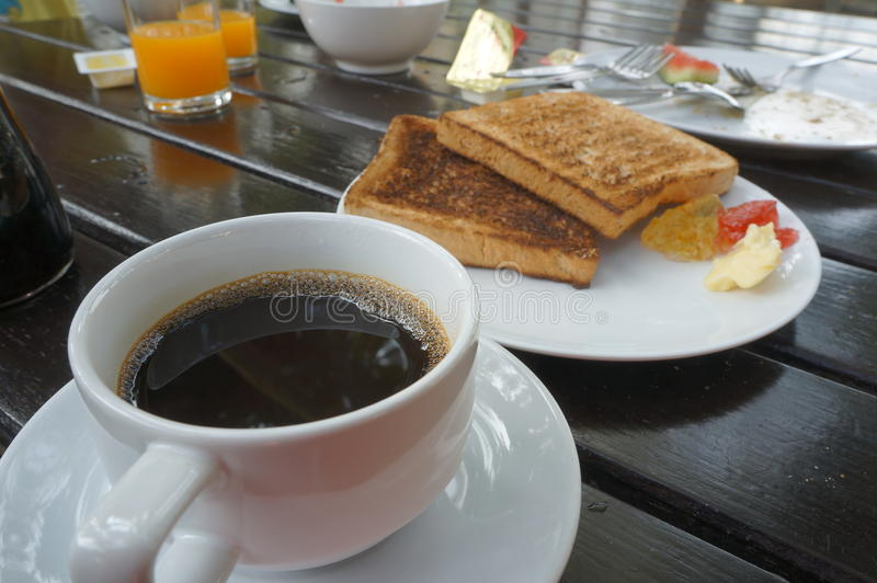 Café y tostada en la tabla imágenes de archivo libres de regalías