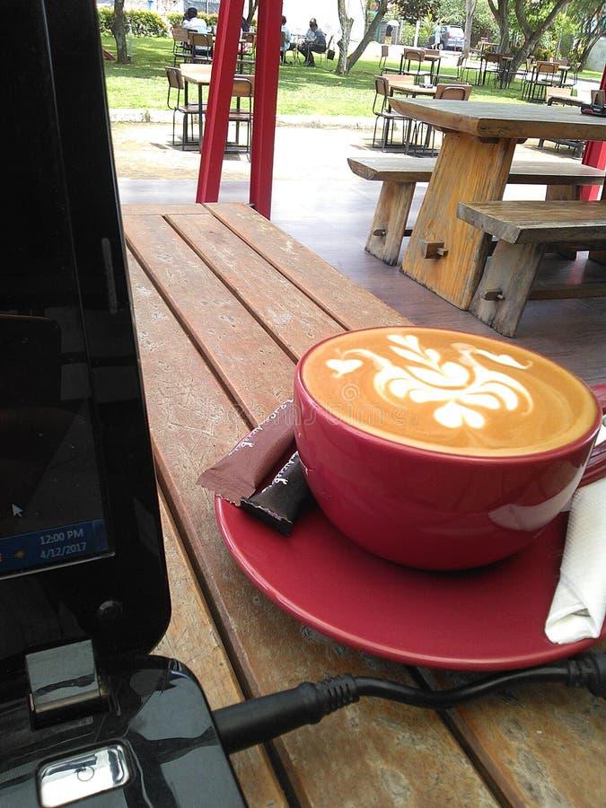Café y trabajo del arte del Latte fotos de archivo