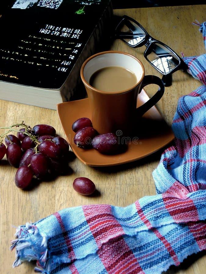 Café y uvas en una tabla de madera foto de archivo libre de regalías