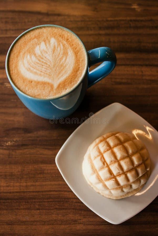 Cafébetrug Concha, Kaffeetasse und mexikanisches Brot des Concha zum ein Frühstück in Mexiko City lizenzfreie stockbilder