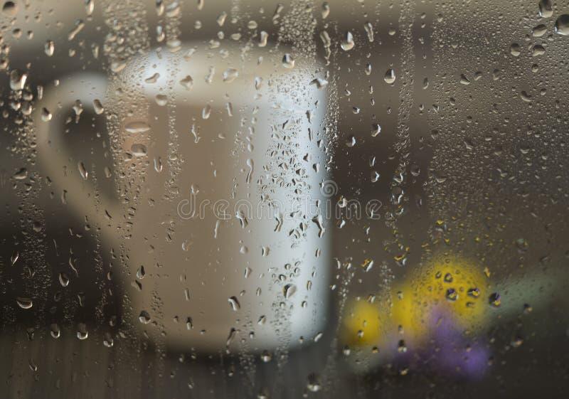 Caféfenster an einem regnerischen Tag stockbilder