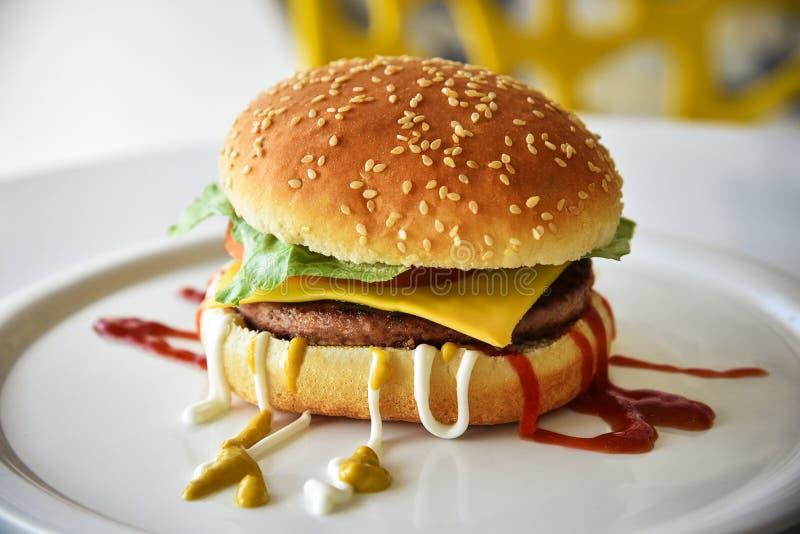 Cafélebensmittel mit shwarma, Burger und Rolle stockfoto