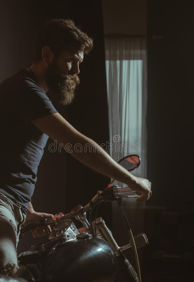 Caférennläufer Caférennläuferplakat mit bärtigem Radfahrer Caférennläuferkonzept mit Hippie-Kerl Caférennläuferkonzept freedomn stockfotografie