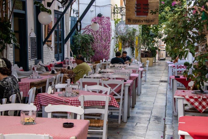 Cafés ao longo das ruas de Syros imagens de stock