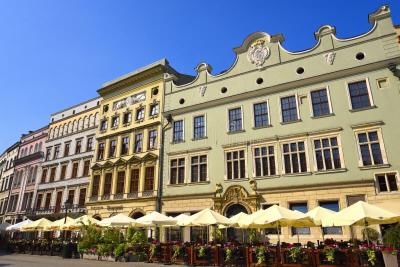 Cafés dans la place du marché à Cracovie, Cracovie, la capitale culturelle officieuse de la Pologne images stock