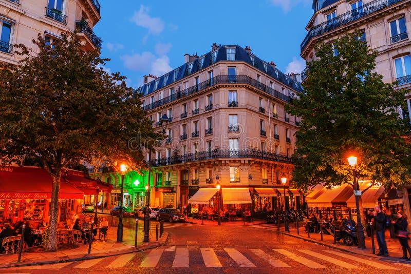 Cafés de la calle en el Saint Louis de Ile en París en la noche imagen de archivo libre de regalías