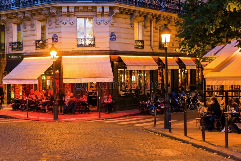 Cafés de la calle en el Saint Louis de Ile en París en la noche imágenes de archivo libres de regalías
