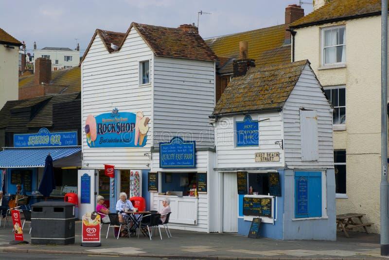 Cafés de la orilla del mar de Hastings sussex inglaterra imagen de archivo libre de regalías