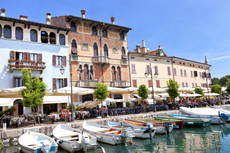 Cafés e restaurantes Alfresco na cidade histórica italiana de Desenzano, lago Garda imagens de stock royalty free