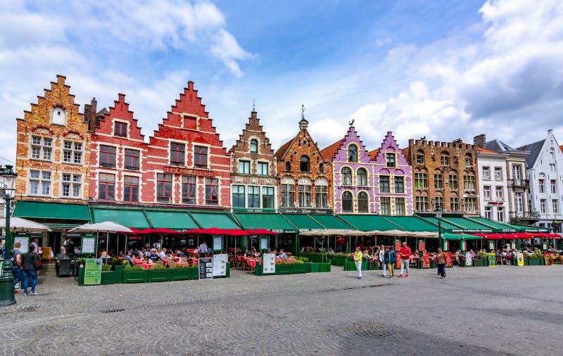 Cafés e restaurantes no mercado de Bruges, Bruges, Bélgica imagens de stock royalty free