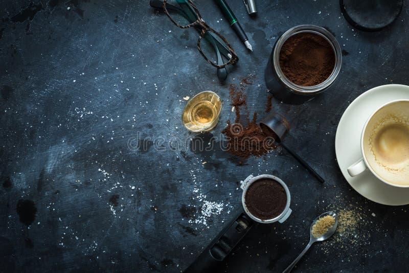 Cafétabelle - Espressozubehör, leere Kaffeetasse stockbilder