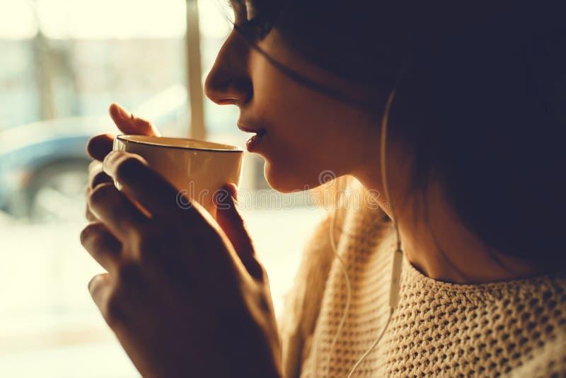 Caf? bebendo da menina bonita fotos de stock