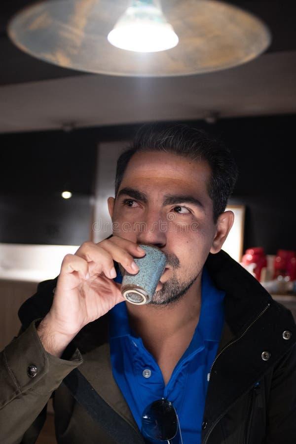 Caf? bebendo do homem - tiro do caf? fotografia de stock royalty free