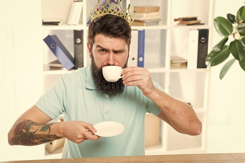 Caf? bebendo relaxado do gerente superior Chefe seguro que aprecia sua gl?ria Rei do escrit?rio Cabe?a de departamento Matriz fotos de stock