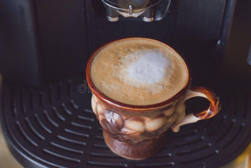 Caf? Blanco plano recién hecho Bebida del café del capuchino en una taza marrón imagenes de archivo