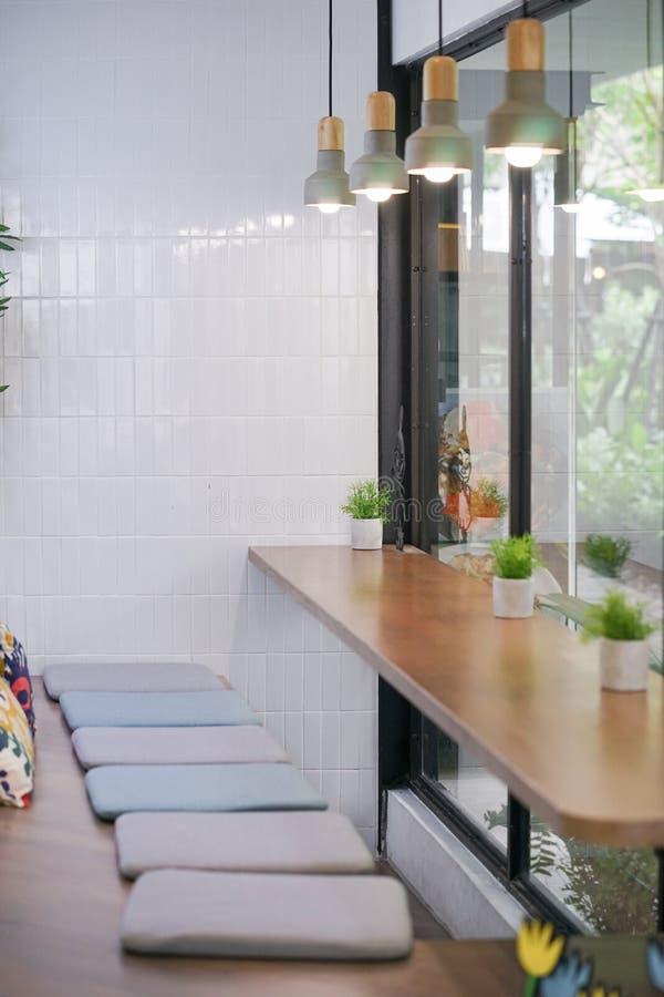 Caf? bonito Um café bonito do estilo japonês com fileira dos assentos pelo vidro de janela imagem de stock