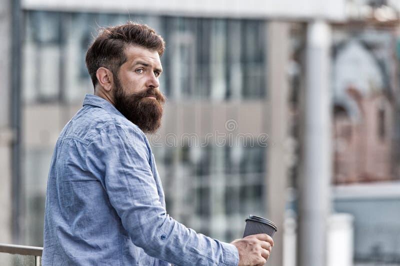 Caf? bonjour hippie brutal avec la tasse de café Charge d'?nergie Soin masculin de coiffeur Copiez l'espace boisson réfléchie d'h photo stock