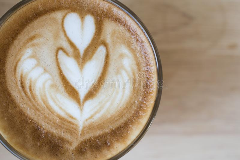 Caf? da arte do latte do caf? no tom da cor do vintage da cafetaria Cappuccino com o copo de café bonito da espuma Parte superior foto de stock royalty free