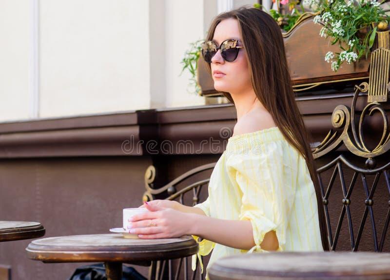 Caf? da manh? Data de espera Bom dia Tempo de caf? da manh? a menina relaxa no caf? Almo?o de neg?cio Forma do ver?o foto de stock royalty free