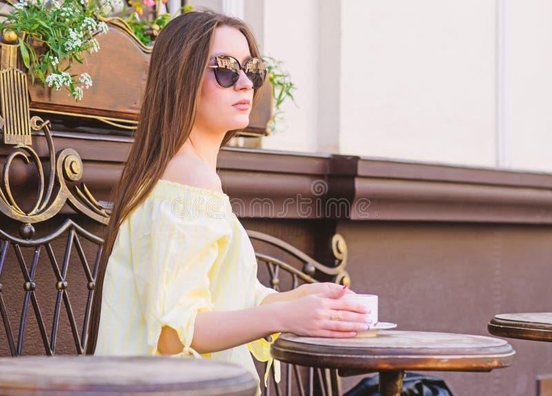 Caf? da manh? Data de espera Bom dia Tempo de caf? da manh? a menina relaxa no caf? Almo?o de neg?cio Forma do ver?o fotos de stock
