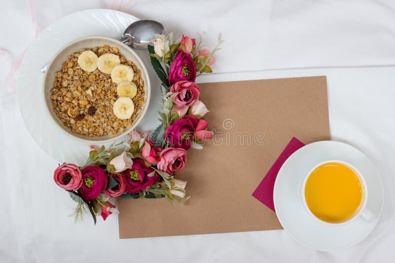 Caf? da manh? na cama com flores e um cart?o imagens de stock royalty free