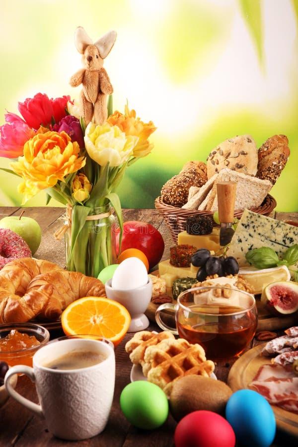 Caf? da manh? na tabela com bolos, croissant, coffe e ovos do p?o foto de stock