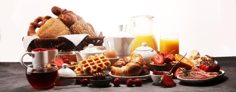Caf? da manh? saud?vel enorme na tabela com caf?, suco de laranja, frutos, waffles e croissant Conceito do bom dia fotos de stock royalty free
