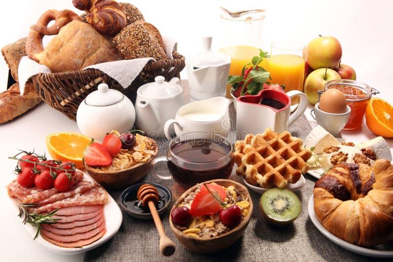 Caf? da manh? saud?vel enorme na tabela com caf?, suco de laranja, frutos, waffles e croissant Conceito do bom dia imagens de stock